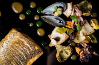 Pečený mořský vlk s grilovanou sépií, artyčoky, slávkami a cacciucco omáčkou