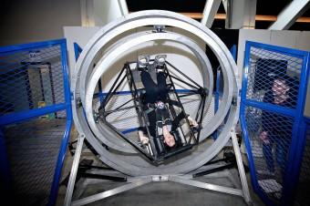 Interaktivní exponát Multi-Axis Trainer umožňuje rotaci ve všech osách.
