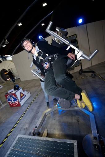Free Degrees of Freedom Chair umožňuje napodobit pohyb kosmonauta při práci ve volném kosmickém prostoru