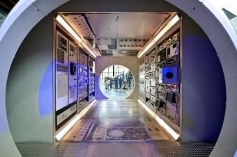 Pohled do průchozího modulu orbitální stanice umožňuje získat představu, jak se žije a pracuje na oběžné dráze.
