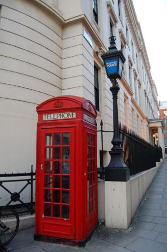 Jeden ze symbolů Londýna, červená telefonní budka