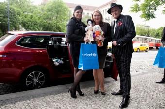 Andrea Tögel Kalivodová přivezla panenky UNICEF