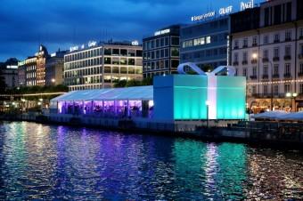 Tiffany party na břehu Ženevského jezera s velkolepým vchodem ve tvaru Tiffany Blue Box