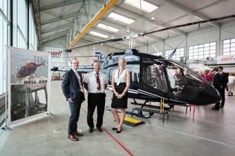 Jakub Hoda - ředitel Bell Helicopter pro Evropu a Rusko; Andrea Balázsová - obchodní zástupkyně Bell Helicopter and Stanislav Tarasovič - senior letový instruktor před vrtulníkem Bell 505 Jet Ranger X
