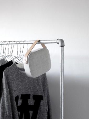 Bezdratový reproduktor Helsinki od Vifa, odstín Sandstone Grey, DesignVille