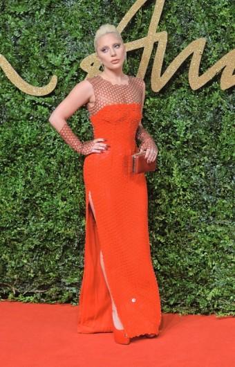 Lady Gaga zazářila v náušnicích Bulgari z kolekce Serpenti spolu s večerní kabelkou, zdroj: Bulgari