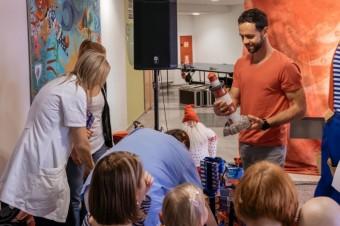 Michael Foret předává hry dětem v FN Motol, zdroj fotek: Ravensburger