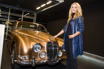 Taťána Kuchařová a Jaguar S-Type z roku 1964, foto: Best of British cars