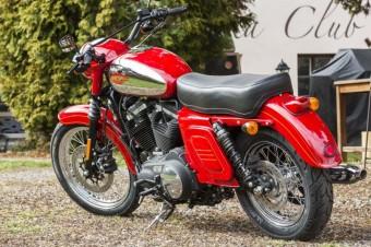 Přestavba Harley-Davidson Praha: motocykl Iron 883 ve stylu legendární české Jawy