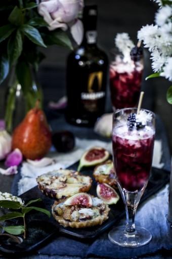 Minitartaletky s gorgonzolou, karamelizovaným ovocem a vlašskými ořechy a Sandeman Ruby Sparkler
