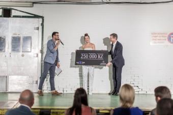 Marc Boderke, generální ředitel společnosti Mercedes-Benz ČR, předal Kateřině Sokolové, zakladatelce a člence výkonného výboru nadačního fondu AutTalk, šek na 250 tisíc Kč jako přímou podporu fondu dětí s autismem.