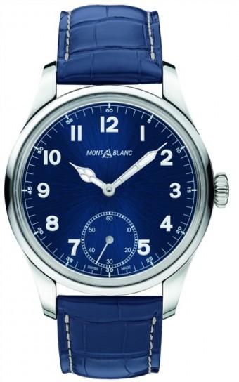 Montblanc 1858 Manual Small Second<br><br>Kolekce 1858 je inspirovaná dědictvím manufaktury Minerva, špičkovou švýcarskou hodinářskou manufakturou založenou v roce 1858. Odkazují k ní dva nové vintage modely s velkým ocelovým pouzdrem (44 mm), samostatnou vteřinovkou, luminiscenčními číslicemi a ručkami a původním logem Montblanc. Variantu s temně modrým číselníkem doplňuje modrý řemínek z aligátora (93 700 Kč) a ještě klasičtější podobu s černým číselníkem doplňuje hnědý kožený řemínek (84 000 Kč).