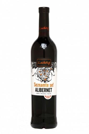 SEZNAMTE SE!<br><br>Srdečně zdravím, jmenuji se ALIBERNET. Pocházím z Oděsy, kde mě vyšlechtili v polovině minulého století. Jsem barvířka, mám totiž zabarvenou i dužninu. Jako víno jsem až fialovočerný s výraznou kabernetovou vůní po tatínkovi - Cabernet Sauvignonu, moje chuť je drsnější, s tóny hořké čokolády. Dejme si společně klasické vepřo-knedlo-zelo a nebo si mě vychutnejte jen tak.<br><br>Jakostní víno s přívlastkem výběr z hroznů, suché<br><br>Oblast Morava, podoblast slovácká, obec Lipov, trať Stará hora<br><br>12,5% obj., kyseliny 4,6 g/l, zbytkový cukr 1,5 g/l<br><br>Připraveno s exkluzivním partnerem řady Seznamte se, společností Ahold, provozovatel sítě Albert a HyperAlbert (MOC do 150,- Kč)