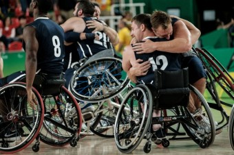 Tým z USA se raduje z vítězství nad Španělskem v basketballovém utkání. Photo: AFP_G93HP/YASUYOSHI CHIBA