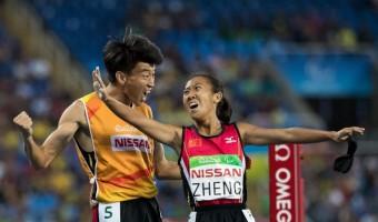 Paralympionička Jin Zheng z Číny se se svým trenérem radují ze zlaté medaile v běhu na 1500 metrů.<br><br>Photo: AFP_G92ZA/-