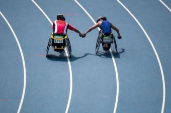 Stříbrný medailista Tomoki Sato z Japonska a zlatý medailista Raymond Martin z USA se společně radují z finálního atletického závodu na 1500 metrů.<br><br>Photo: AFP_G72DD/-