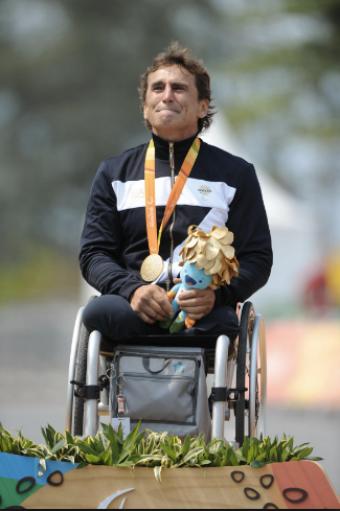 Zlato si vítěz Alex Zanardi vybojoval i přes nepříjemnou komplikaci - když mu v poslední zatáčce přeběhl přes cestu pes. <br>Zdroj z facebooku Prague Morning