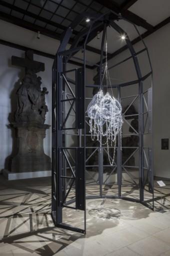 Maxim Velčovský, lustr Memento Mori v Art House, navrženo pro Lasvit, Designblok 2016