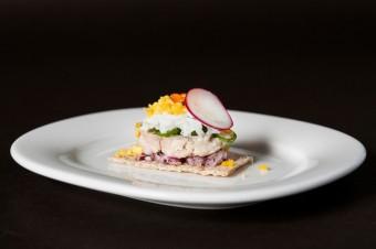 Amuse bouche: Játra z tresky polární s jarní cibulkou a křupavým chlebem, restaurace Kampa Park