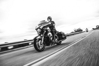 Jezdec na motocyklu Harley-Davidson.