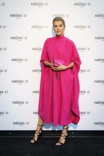 Modelka Jitka Nováčková se rovněž oblékla do růžové róby od Valentino.