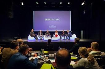V každé panelové diskusi vystoupilo pět hostů a moderátor.