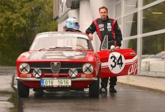 Automobilový závodník Filip Sajler s historickým vozem Alfa Romeo Junior.
