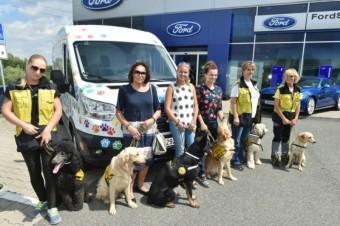 Stovky psích tlapek na autě, foto: Ford AMB Praha