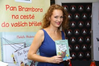 Markéta Hrubešová s knížkou, foto: MF, a.s. a La Casa Argentina