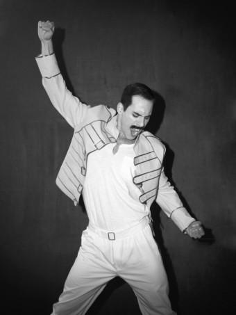 Petr Vančura jako extravagantní a charizmatický Freddie, foto z kalendáře: © Kalendář Proměny 2018, foto: Petr Kurečka