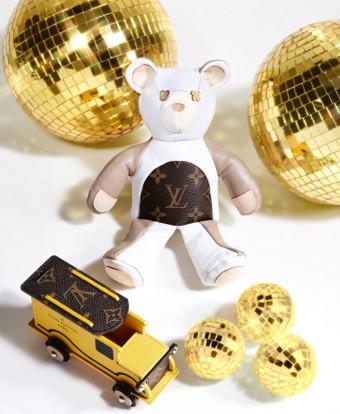 Medvídek Louis, přírodní hovězí kůže a plátno Monogram; Kufřík Titi, žlutá kůže a plátno Mono-gram, Louis Vuitton