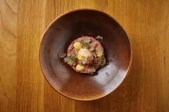 telecí tartar s lanýžovou majonézou, pošírované vejce, vinný bar Lodecká 4, Grand Cru Restaurant & Bar