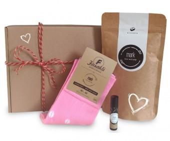 MARK valentýnský balíček - Z lásky pro ni obsahuje: 1 x MARK Coffee Coconut, 1 x MARK Lip Balm, 1 x MARK Fusakle - dámské podkolenky