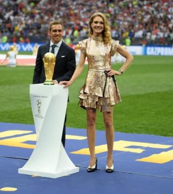Natalia Vodianova a Philipp Lahm doprovodili cestovní pouzdro s oficiální trofejí pro vítěze FIFA World CupTM od Louis Vuitton  v den finále mistrovství světa FIFA ve fotbale