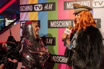 Nikol Moravcová při rozhovoru s Marianou Prachařovou, obě v kolekci MOSCHINO [tv] H&M
