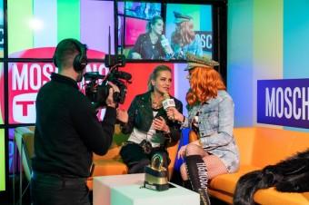 Nikol Moravcová, jako MOSCHINO TV reportér večera při interview s Darou Rolins, H&M