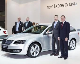 Manažeři automobilky ŠKODA u nové Octavie Combi 4×4 na autosalonu v Brně.