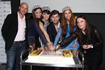 Česká Miss 2013 Gábina Kratochvílová krájí narozeninový dort