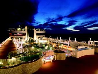Paluba lodi Fantasia v noci
