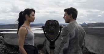 Olga Kurylenko a Tom Cruise, film Nevědomí