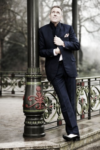 Hugh Laurie zazpívá v Praze