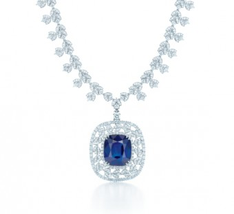 Platinový náhrdelník s diamanty a obrovským safírem, jehož cena přesahuje 92 miliónů korun, Tiffany & Co.