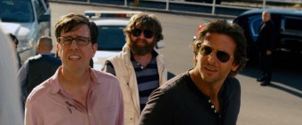 Ed Helms jako Stu, Zach Galifianakis jako Alan a Bradley Cooper jako Phil, (C) 2013 WARNER BROS. ENTERTAINMENT