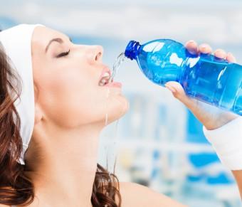 Denně musíme vypít minimálně litr a půl vody - PRAVDA!