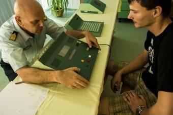 Test reakcí: když se na displeji rozsvítí žlutá, je třeba zmáčknout žluté tlačítko. Když se objeví šipka, musí testovaná osoba sešlápnout pedál. Pokud se ozve nízký/vysoký tón, mačkají se šedá tlačítka po stranách.