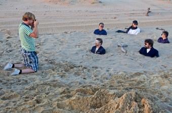 Skupina Illustratosphere zahrabaná v písku, Foto: René Miko