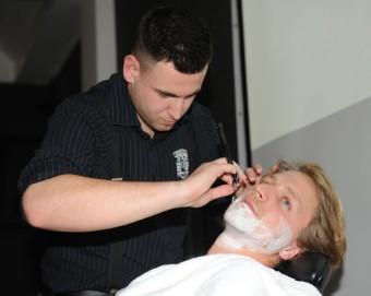 Zpěvák Tomáš Klus při holení