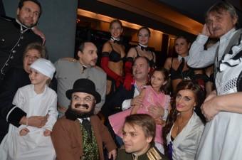 Michal David s účinkujícími na premiéře muzikálu Mata Hari