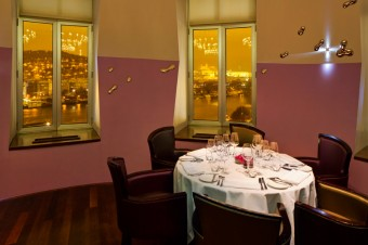 Interiér restaurace Céleste s výhledem na Pražský hrad