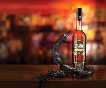Zahřejte se během chladných večerů sklenkou rumu Cubaney